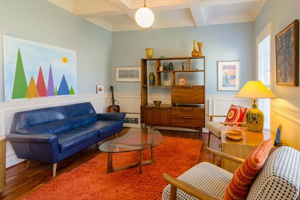 Jaką tapicerkę wybrać dla sofy do salonu w stylu retro? Przegląd inspiracji na 2021 rok